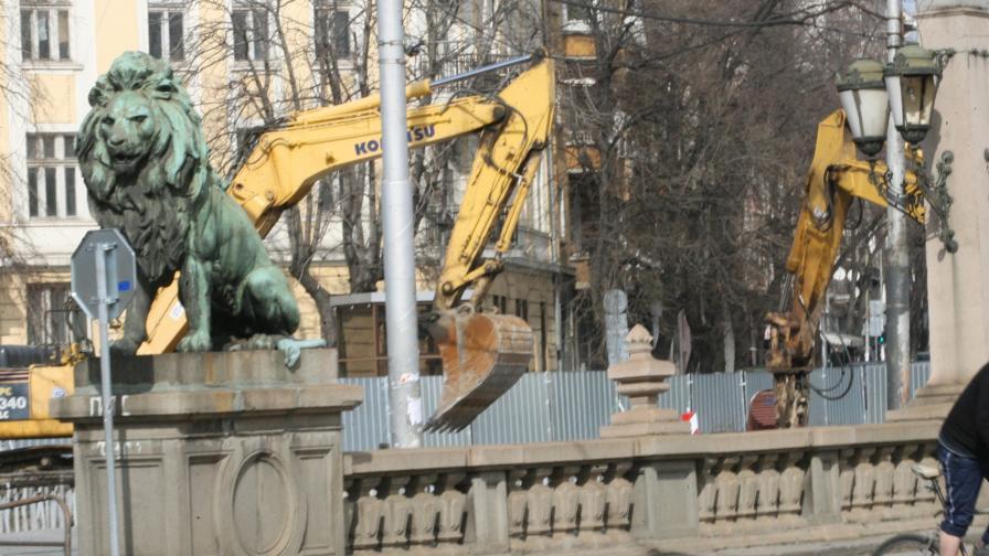 Реставрират бронзовите фигури на Лъвов мост