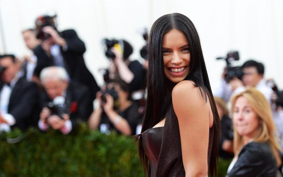 Адриана Лима без мъж, но с широка усмивка