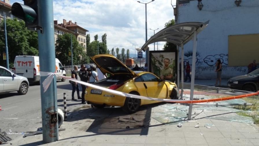 Кола се вряза в автобусна спирка в Пловдив и рани момиче