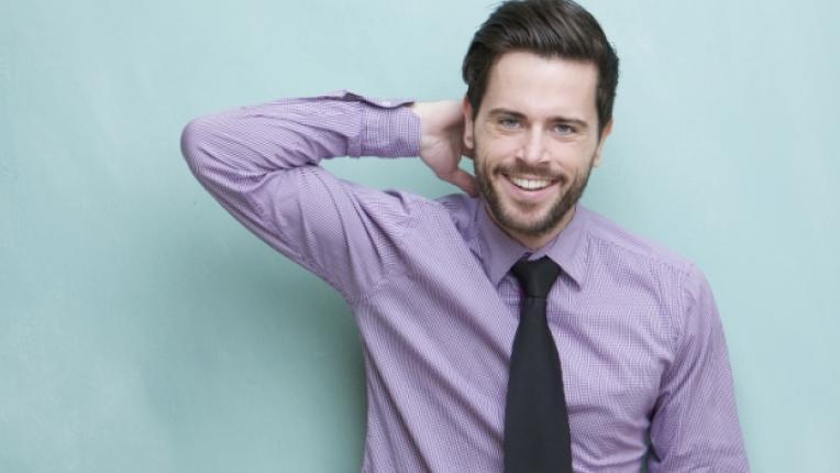 мъж брада усмивка