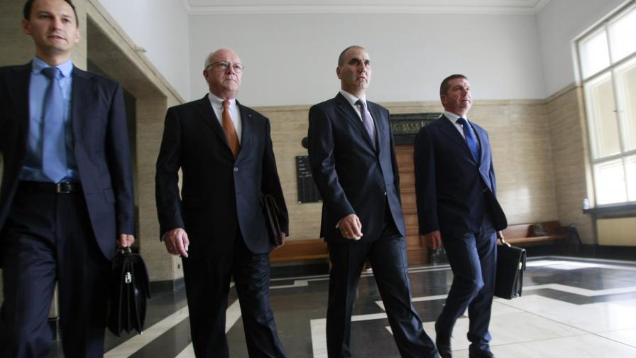 Цветан Цветанов с адвокатите си Ханс-Петер Ул и Менко Менков