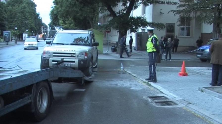 Полицаи прибират джипа убиец от мястото на инцидента