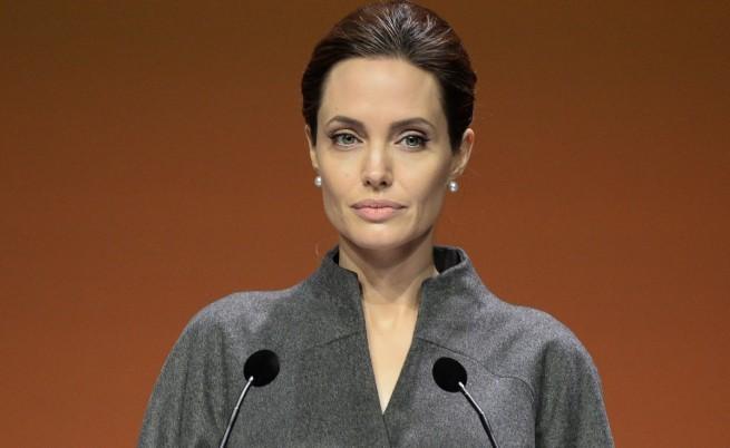 Анджелина Джоли с почетно звание от британската кралица