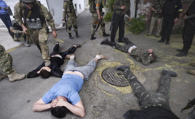 Демонстранти свалиха знамето от руското посолство в Киев