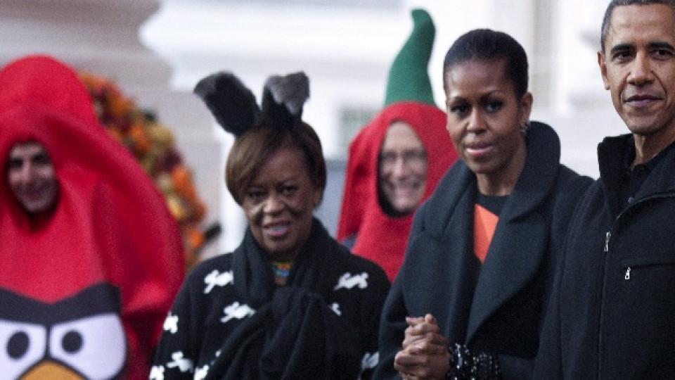 Президентът на САЩ Барак Обама, съпругата му Мишел и нейната майка Мариан посрещат гости в Белия дом за тазгодишния празник на Хелоуин