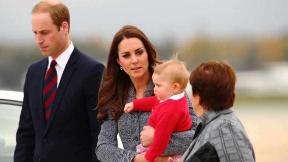 Принц Уилям, съпругата му Кейт Мидълтън и техният първороден син принц Джордж по време на посещението им в Австралия, 25 април 2014 г.