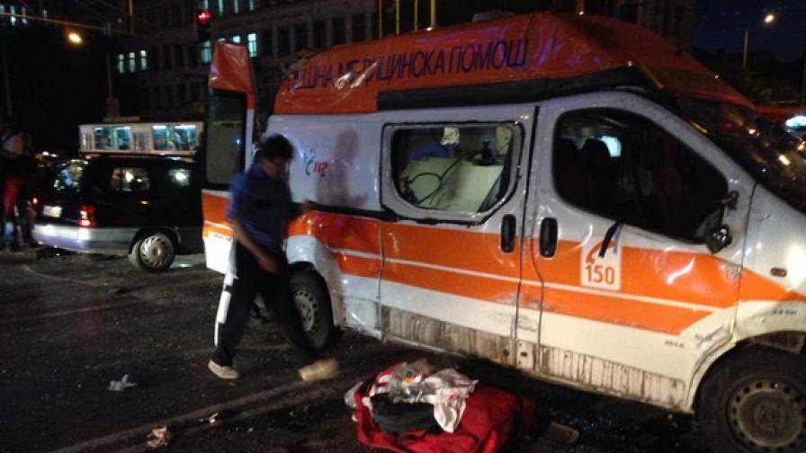 Момиче с опасност за живота след катастрофата с линейка в София