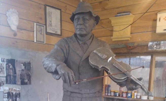 Паметник на Тодор Колев с цигулка и бомбе в Шумен