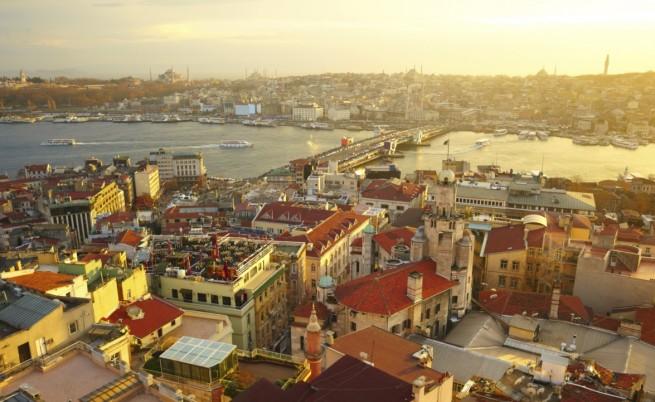 Двама загинали и 11 ранени при взрив в Истанбул