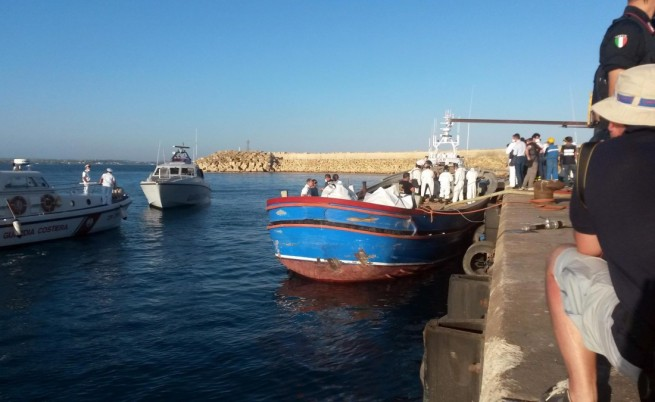 Край нос Калиакра задържаха крадена яхта с 63-ма нелегални имигранти