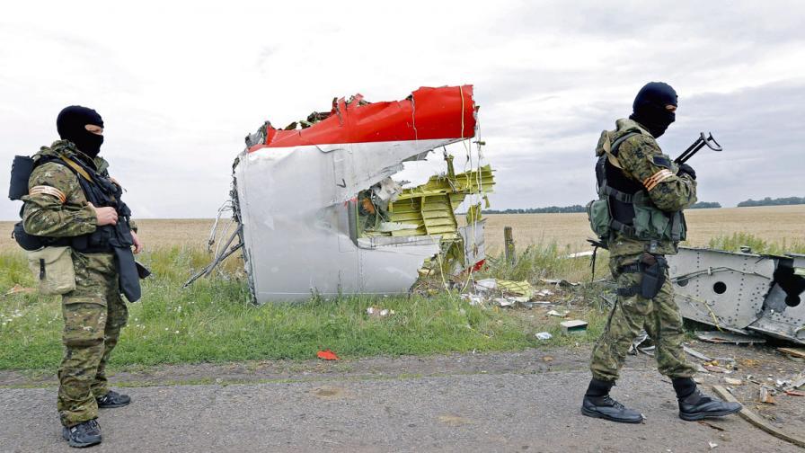Малайзийският самолет се е разпаднал още във въздуха