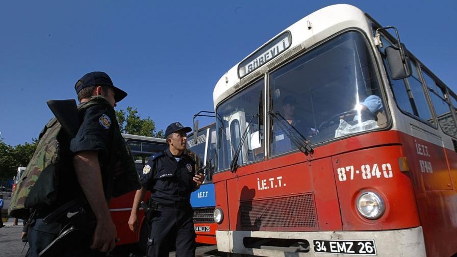 Четирима загинаха при пожар в автобус в Истанбул