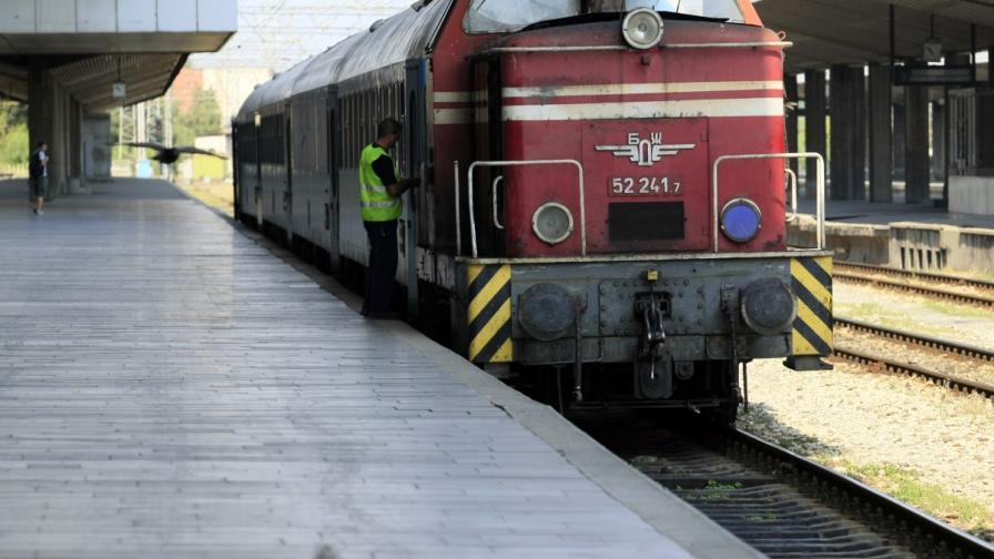 Локомотивът на влака от Варна за София дерайлира заради свлачище