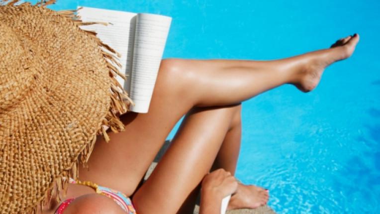 почивка плаж книга жена басейн лято слънце