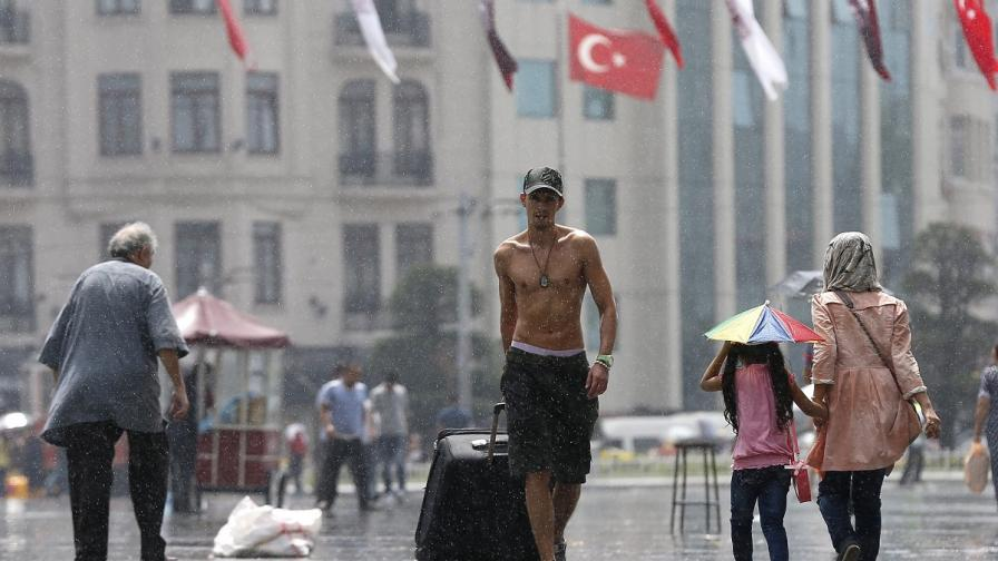 Поройни дъждове в Истанбул причиниха щети и наводнения