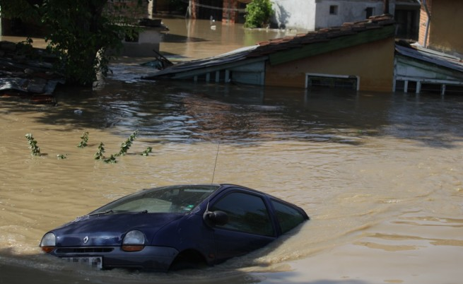 Над 100 сгради са рухнали в наводнения град Мизия