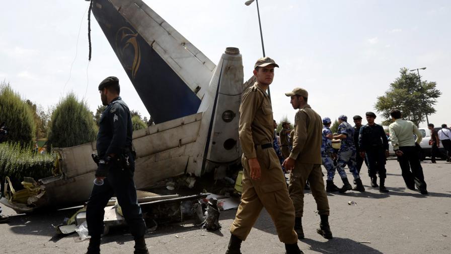 Самолет се разби в предградие на Техеран