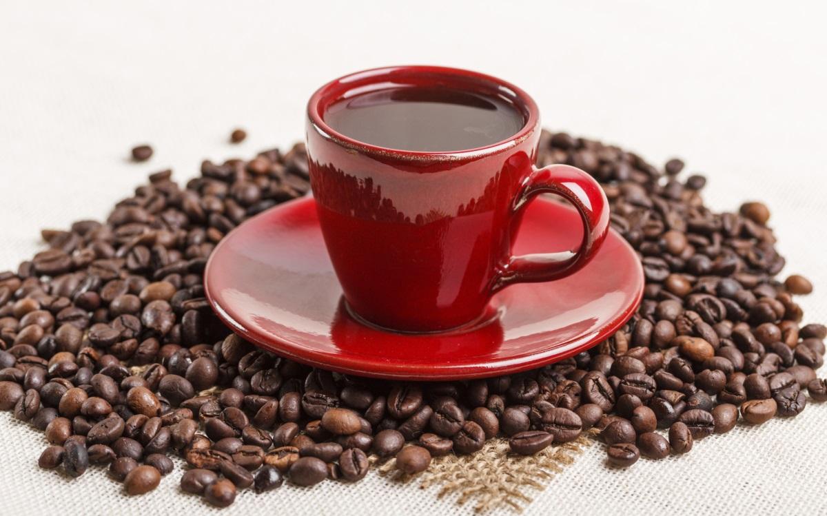 <p><strong>Много кафе</strong></p>  <p>Кафето като цело е много полезно; проучвания показват, че то може да удължи живота ви, да намали тревожността и е полезно за сърцето, освен всички други ползи. Но много хубаво, не е на хубаво. Пиенето на повече от 4 чаши (по 100 мл) кафе на ден може да доведе до отделяне на калций, което пък да доведе до остеопороза. Наслеждавайте се на кафето си, но се ограничачайте до 1-2 чаши дневно.</p>