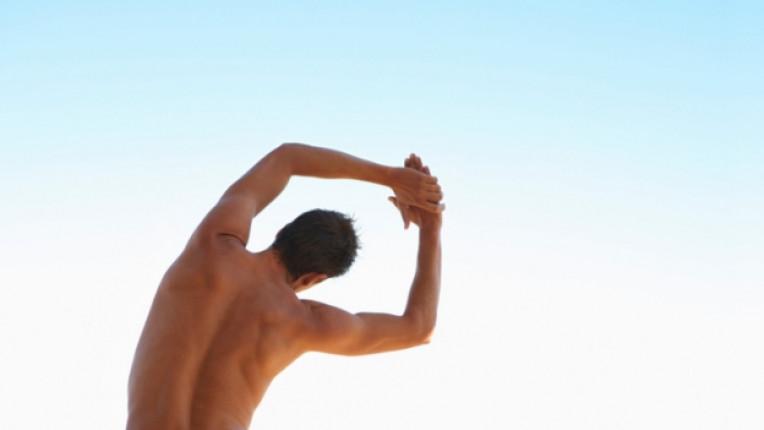 гръб мъж протягане сутрин