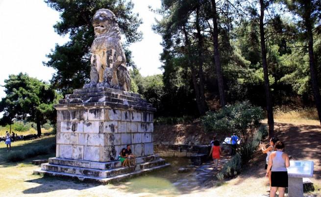 Посещението на гръцкия премиер Андонис Самарас миналата седмица в Северна Гърция на мястото на разкопките в Амфиполис поднови спекулациите за това какво крие впечатляващата надгробна могила