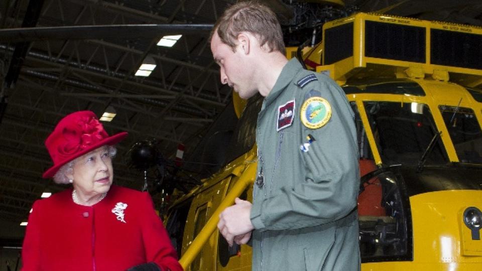 Кралица Елизабет II по време на едно от военните обучения на своя внук Уилям през април 2011-а