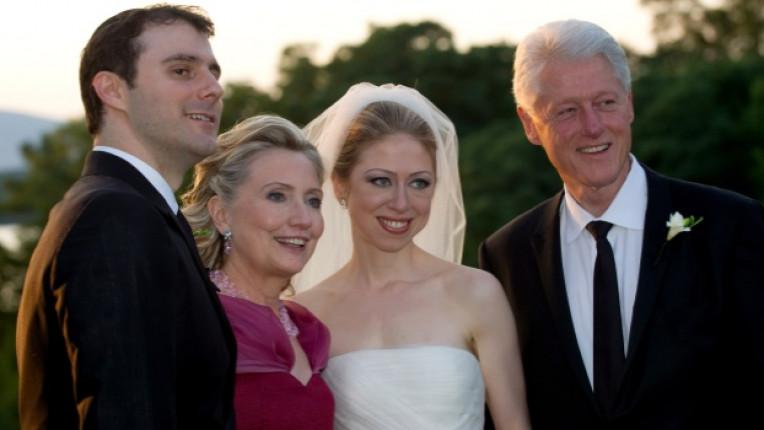 Челси позира по време на своята сватба заедно със съпруга
