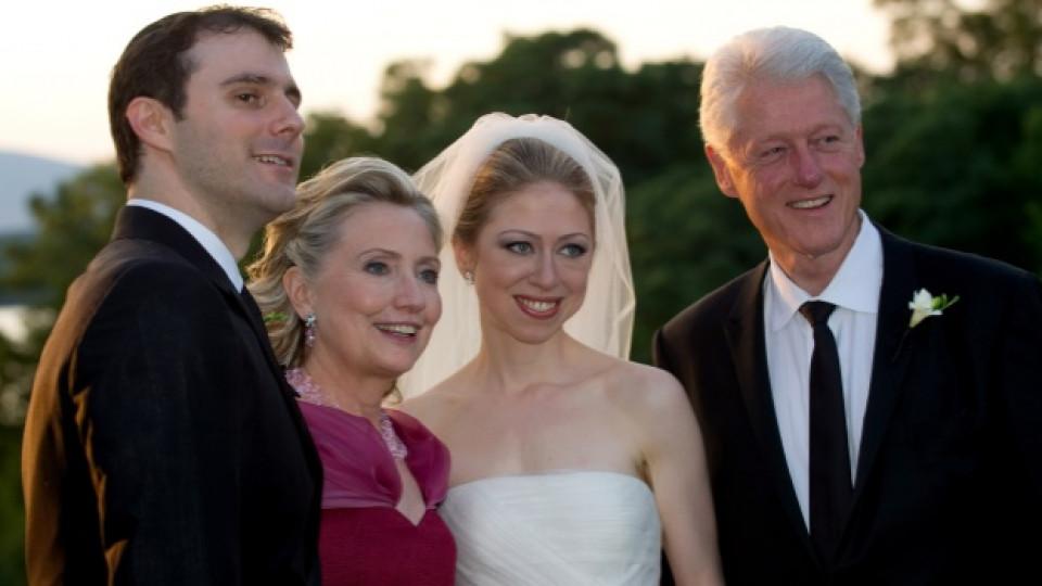 Челси позира по време на своята сватба заедно със съпруга си и своите родители