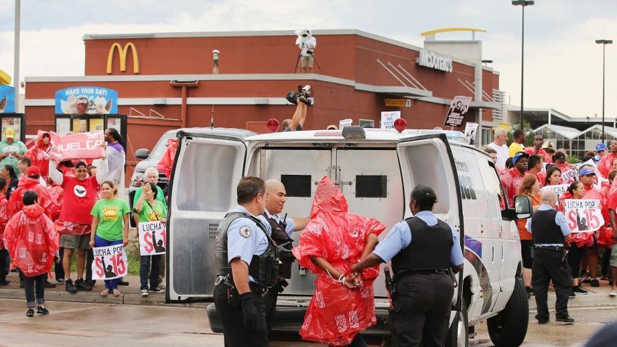 Стотици задържани при протести за по-високи заплати в САЩ