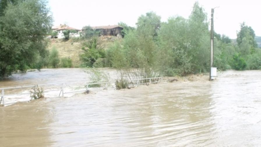 Наводнения от проливните дъждове имаше по-рано тази седмица и в община Златица