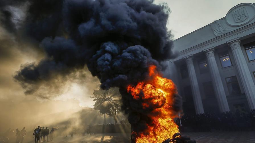 Украинската рада прие закон за лустрацията сред мирис на изгорели гуми