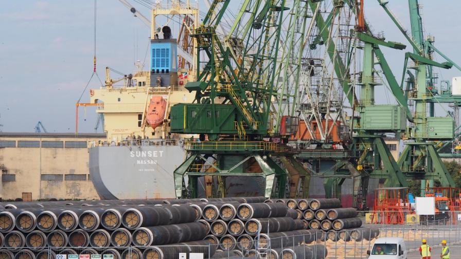 """Доставените на пристанището във Варна тръби за строежа на газопровода """"Южен поток"""""""