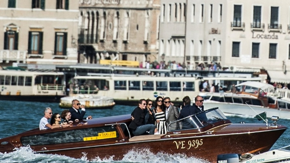 Джордж Клуни и Амал Аламудин пристигат във Венеция и се отправят с лодка към хотела, в който са се настанили, в компанията на приятелите им Ранди Гербер и съпругата му Синди Крауфорд