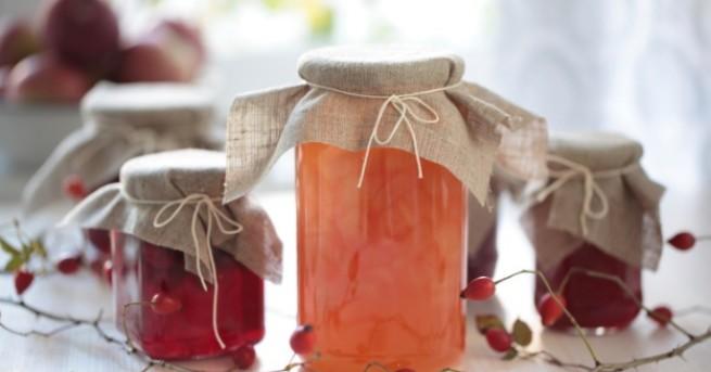 Мармаладът представлява гъсто сварената месеста част и сока от избранитеплодове.