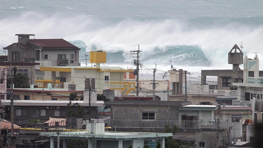 Мощен тайфун връхлетя Япония; 35 души са ранени