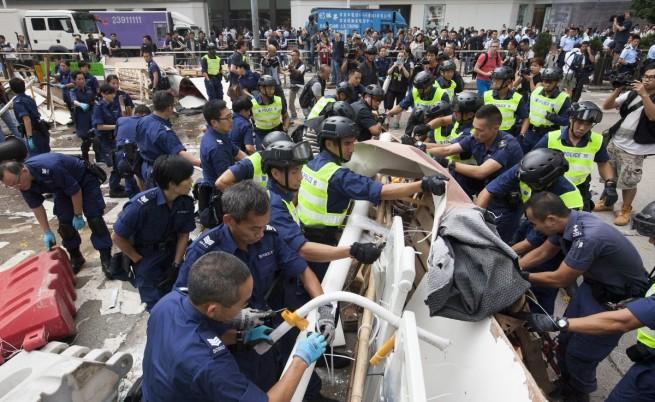 В Хонконг полицията отново започна да разчиства барикадите