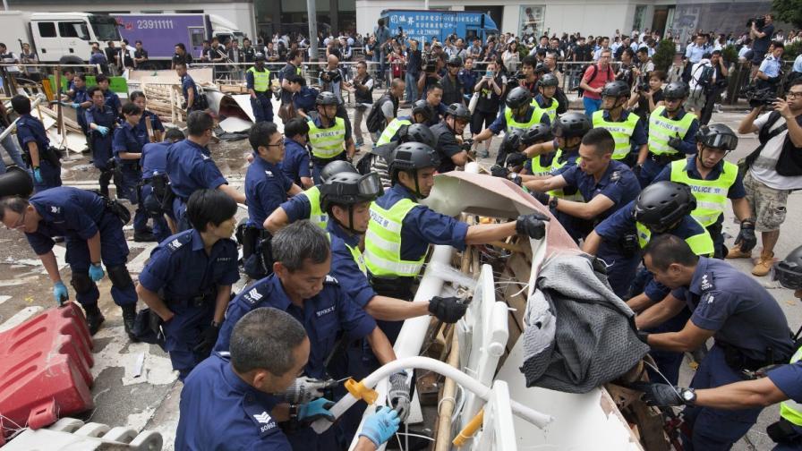 В Хонконг пак разчистват барикадите
