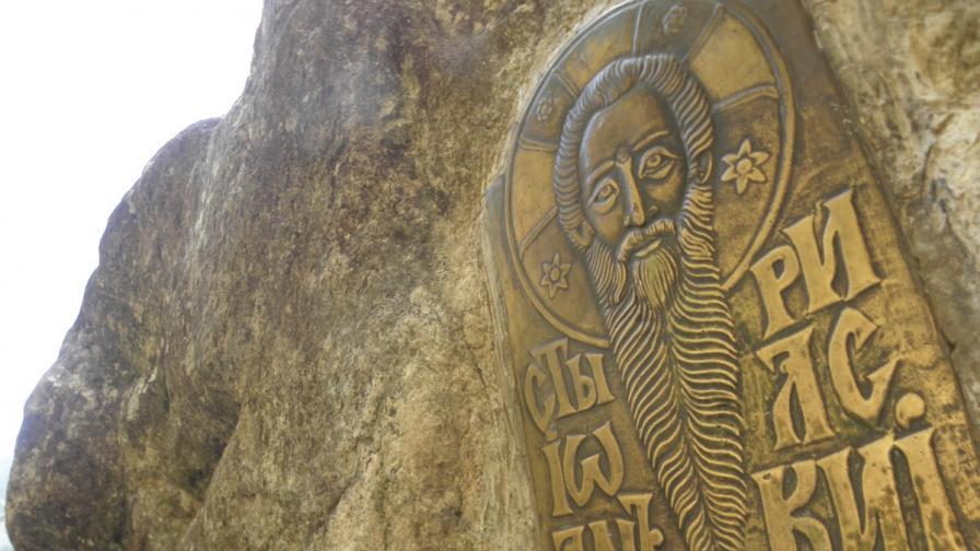 """Ликът на светеца, поставен върху """"молитвената скала"""""""