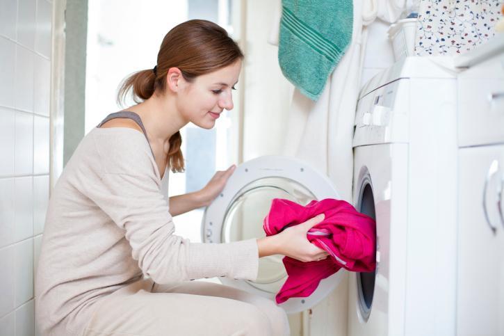 <p>Почистете добре и отделението, в което се събират отпадъци от прането. Тази част от пералнята често бива забравяна, а от там могат да възникнат и доста сериозни аварии. Освен косми, остатъци от хартия, копчета, ципове и дори банели на сутиени, там доста често можете да откриете и мухъл. Миризмата на събралата се там плесен ще се усеща не само в помещението, в което се намира пералнята, но и по дрехите, които току що сте изпрали.</p>