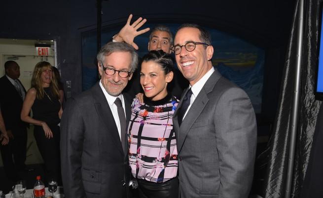 Джордж Клуни прави фотобомба на Стивън Спилбърг, Джери Сайнфилд и съпругата му Джесика