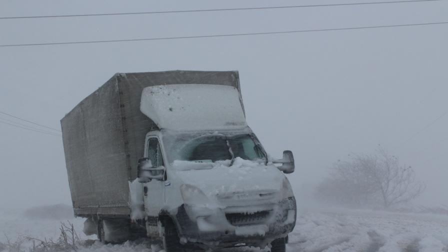 Първи сняг, затворени пътища и 33 хил. абонати без ток