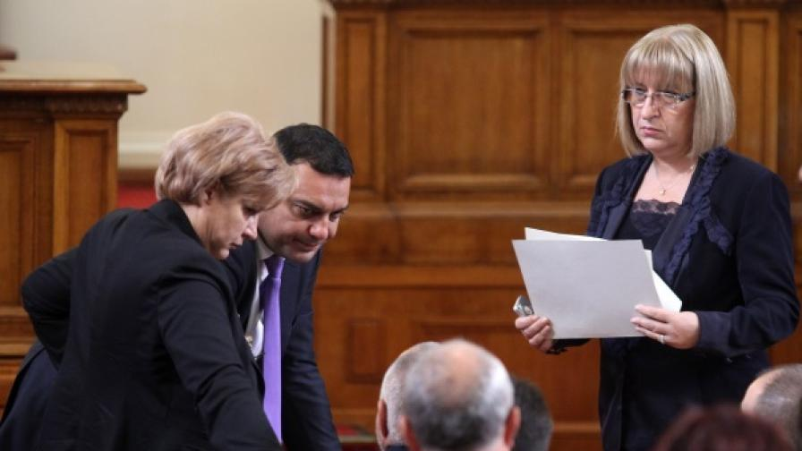 Менда Стоянов и други депутати от ГЕРБ по време на днешното заседание на НС