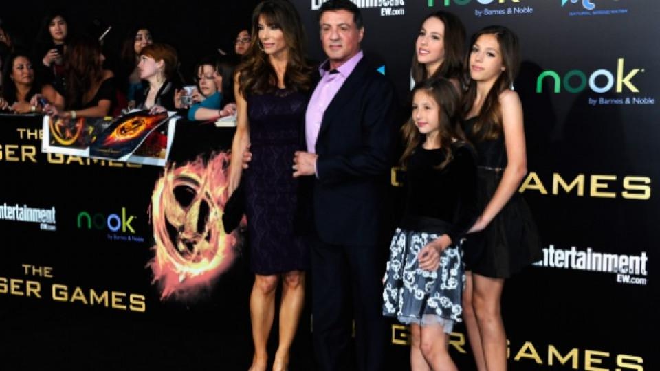 """Силвестър Сталоун в компанията на своята съпруга Дженифър Флавин и трите им дъщери на премиерата на филма """"Игрите на глада"""" (""""The Hunger Games""""), Лос Анджелис, 12 март 2012 г."""