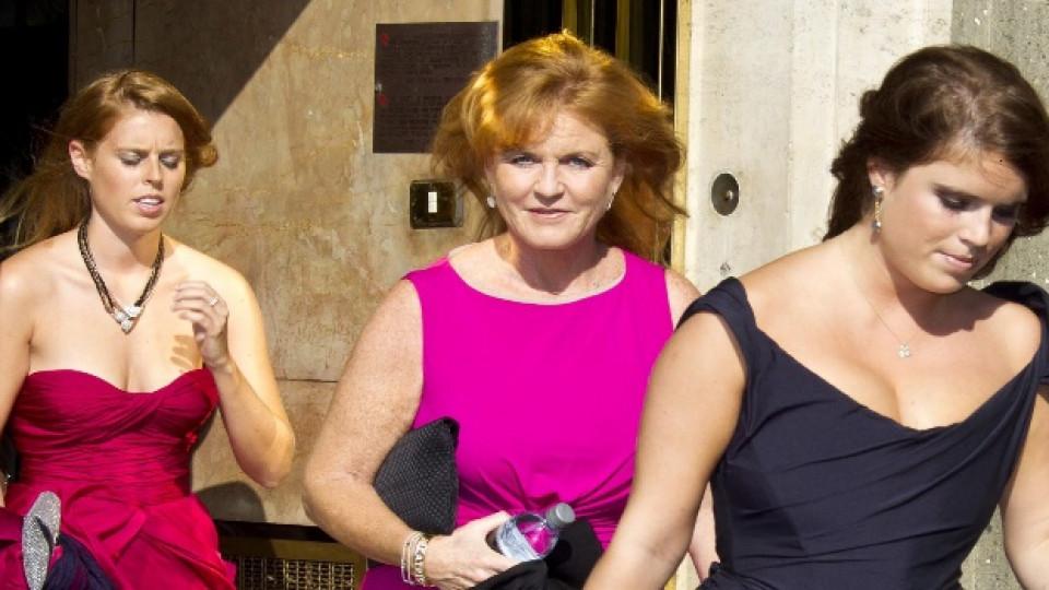 Принцеса Беатрис (вляво), принцеса Юджийн и майка им Сара Фъргюсън напускат хотел в Рим преа август 2011-а