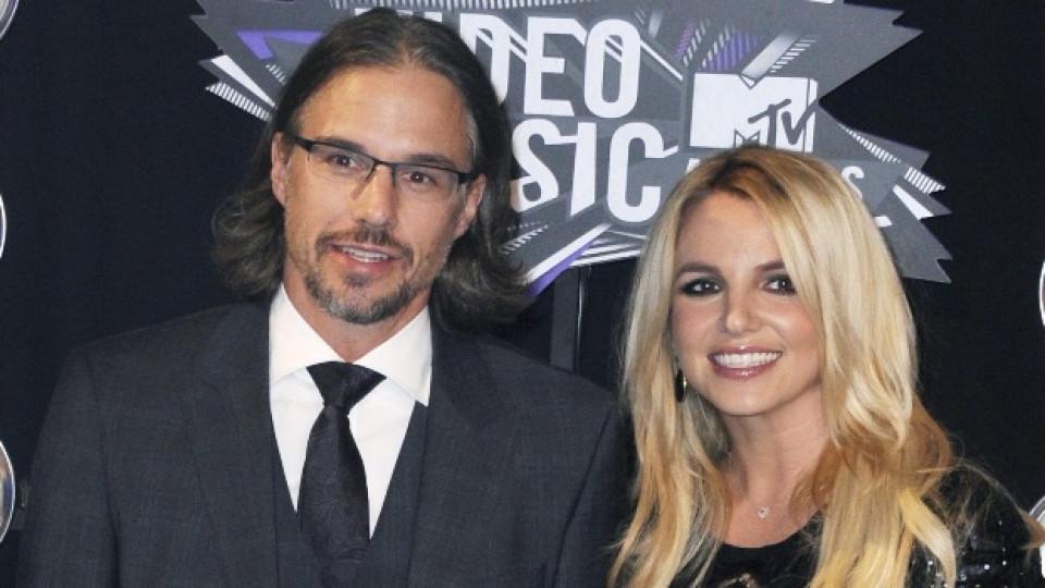 Бритни с приятеля си Джейсън Трауик по време на тазгодишните американски награди на MTV в Лос Анджелис