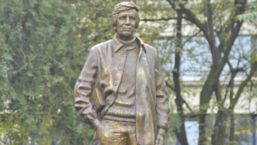 """Двуметров паметник на Гeорги Марков на пл. """"Журналист"""""""
