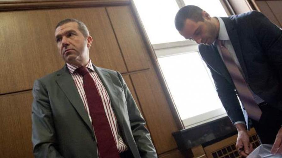 Менко Менкав в съда (вляво)