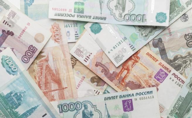 Рублата стигна нов минимум спрямо долара и еврото
