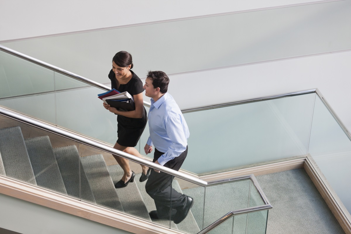 Движете се през целия ден. Малка промяна като използване на стълбите или разходка из стаята на всеки час ще ускори метаболизма.