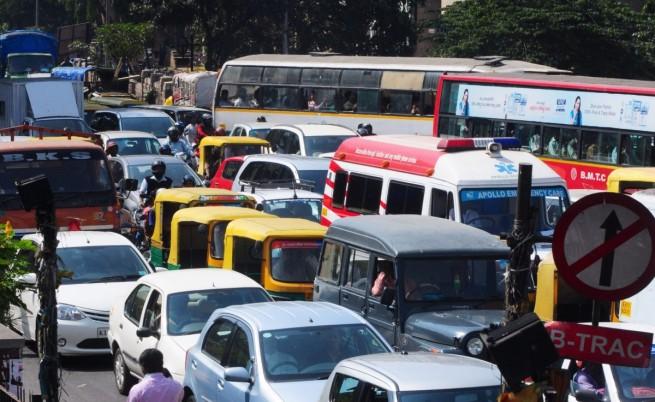 Забраняват старите коли в Делхи
