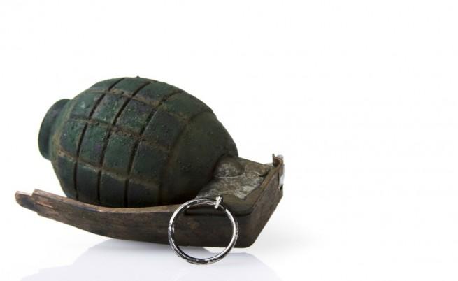 Бивш депутат намери граната на дръжката на колата си